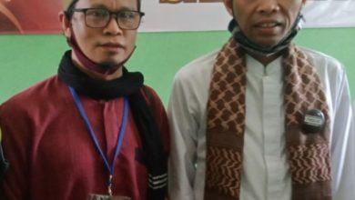 Photo of Ustadz AbdillahSyafei Hadiahi UAS Kopiah Khas Kalimantan